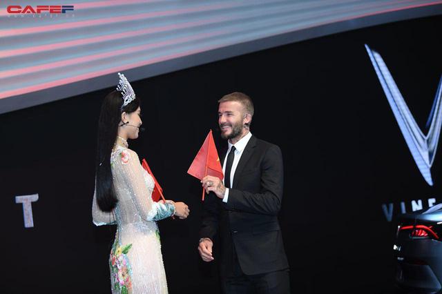 Khoảnh khắc Hoa hậu Trần Tiểu Vy rạng rỡ, tự tin bắt tay David Beckham tại sự kiện ra mắt VinFast - Ảnh 4.