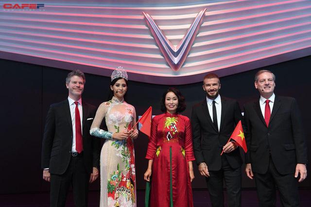 Khoảnh khắc Hoa hậu Trần Tiểu Vy rạng rỡ, tự tin bắt tay David Beckham tại sự kiện ra mắt VinFast - Ảnh 6.