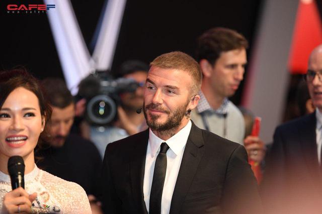 Khoảnh khắc Hoa hậu Trần Tiểu Vy rạng rỡ, tự tin bắt tay David Beckham tại sự kiện ra mắt VinFast - Ảnh 7.