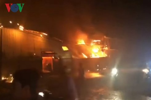 Cháy lớn tại khu làng nghề mộc ở Đồng Nai - Ảnh 1.