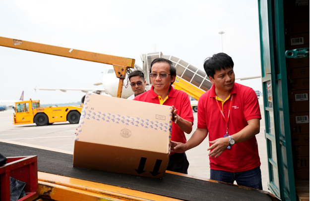 Chuyến bay cứu trợ nạn nhân động đất - sóng thần của Vietjet đã tới Indonesia - Ảnh 8.