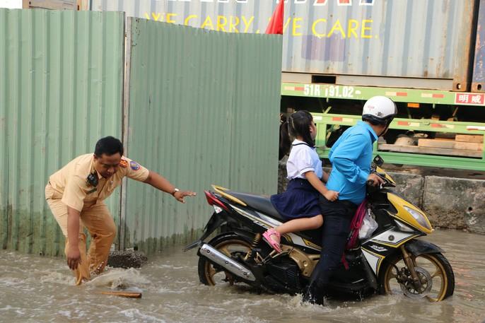 Khu Nam Sài Gòn bị triều cường tấn công, học sinh trễ học - Ảnh 12.