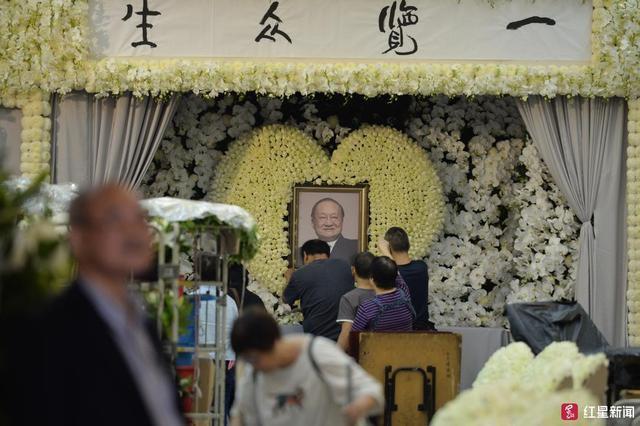 Tang lễ nhà văn Kim Dung: Lưu Đức Hoa, Huỳnh Hiểu Minh cùng dàn nghệ sĩ gửi hoa trắng rợp trời - Ảnh 1.