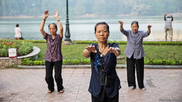 Economist: Người Việt Nam chưa kịp giàu đã già - Ảnh 1.