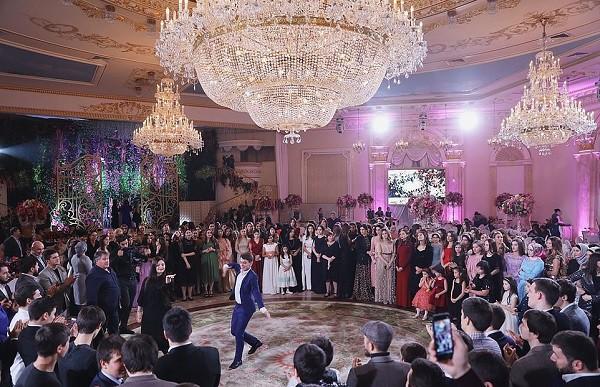 Đám cưới xa hoa bậc nhất của ông trùm dầu khí với cháu nhà tài phiệt Nga, chỉ dàn vali LV, Versace của hồi môn kéo theo đã 7 tỷ - Ảnh 8.
