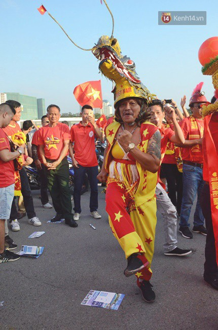 Những CĐV đặc biệt của trận Việt Nam vs Malaysia: Mặc bộ đồ tự tay làm từ hơn 10 năm trước, cổ vũ đội tuyển nước nhà bất kể ở đâu - Ảnh 3.
