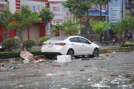 Sáng 26-11, TPHCM nhiều nơi vẫn ngập sâu, rác, nhánh cây gãy la liệt - Ảnh 1.