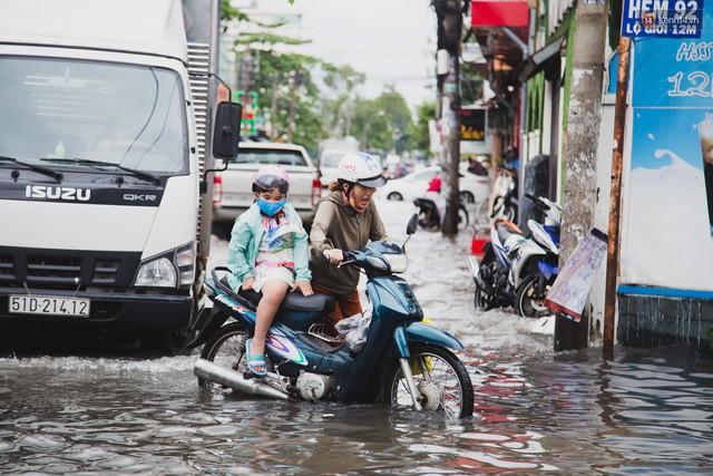 """Đem xe máy điện VinFast Klara lội nước """"lụt"""" sau bão tại Sài Gòn và cái kết - Ảnh 2."""