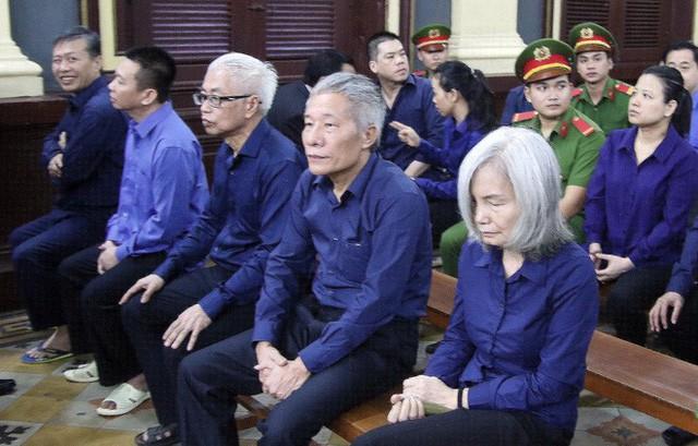Người phụ nữ tóc bạc trong phiên toà DongABank: Từ bạn chung giảng đường đến chung vòng lao lý có Trần Phương Bình - Ảnh 1.
