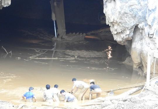 Cận cảnh tiếp cận 2 phu vàng mắc kẹt trong hang - Ảnh 9.