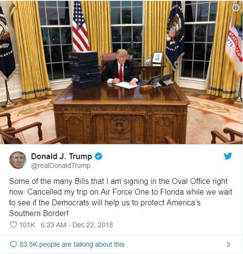 Giáng sinh buồn của ông Trump: Bị 1 tờ giấy bóc mẽ, đăng hơn 50 dòng tweet trong cô độc - Ảnh 1.