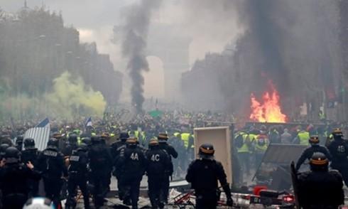 Bạo loạn ở Pháp: Cơ hội của một số kẻ vô lại - Ảnh 1.