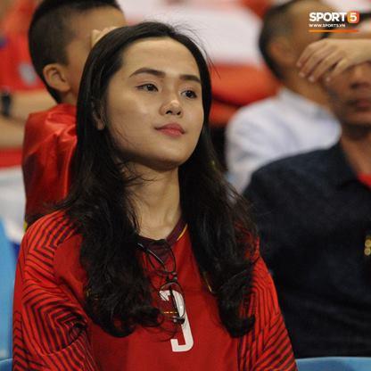 Người yêu cầu thủ Duy Mạnh, bạn gái tin đồn của Văn Đức nổi bật trên khán đài trận bán kết kịch tính - Ảnh 2.