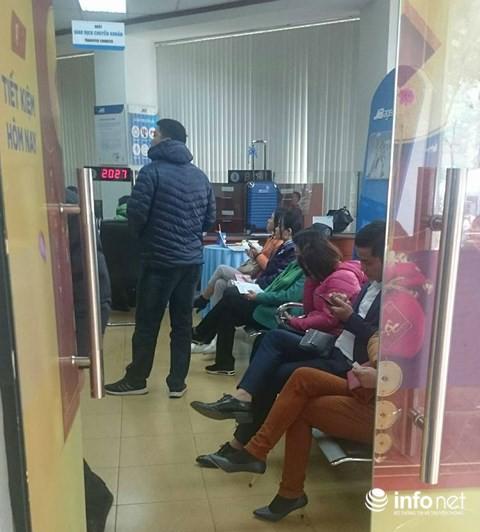 Cận Tết, khách chờ chực la liệt ở quầy chuyển nhượng ngân hàng - Ảnh 6.