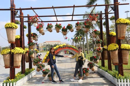 Khoác áo hoa ngày Tết, quảng trường Tam Kỳ đẹp lộng lẫy - Ảnh 11.