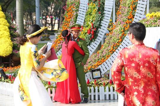 Khoác áo hoa ngày Tết, quảng trường Tam Kỳ đẹp lộng lẫy - Ảnh 14.
