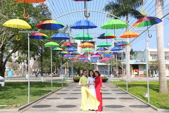Khoác áo hoa ngày Tết, quảng trường Tam Kỳ đẹp lộng lẫy - Ảnh 6.