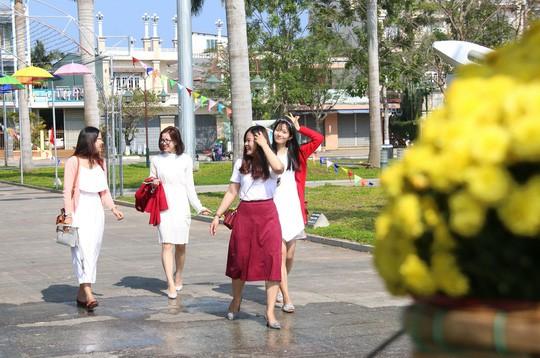 Khoác áo hoa ngày Tết, quảng trường Tam Kỳ đẹp lộng lẫy - Ảnh 10.