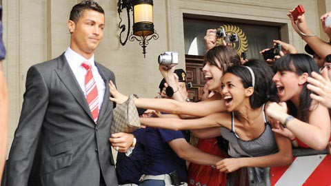 Cách siêu sao bóng đá như Ronaldo, Messi kiếm tiền từ hình ảnh: Tóc quảng cáo dầu gội, tay PR điện thoại, đồng hồ, chân đại diện cho hãng giày - Ảnh 2.