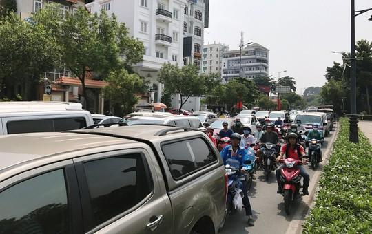Cửa ngõ sân bay Tân Sơn Nhất hỗn loạn trưa 23 Tết - Ảnh 10.