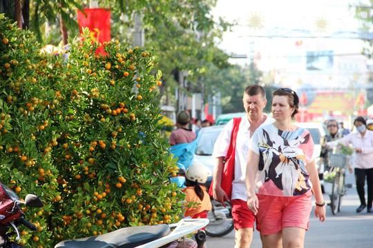 Khách nước ngoài đổ về Nha Trang đón Tết - Ảnh 1.