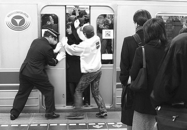 Những Oshiya hành nghề cực lạ ở Nhật Bản: Ngày làm việc 90 phút, công việc chỉ là 'nhồi càng nhiều khách lên tàu điện càng tốt - Ảnh 3.