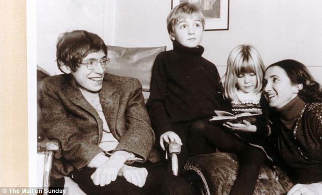 Đằng sau Stephen Hawking là cuộc sống gia đình trắc trở như bao người bình thường khác: Kết hôn 2 lần, ly hôn 2 lần, cuối đời chẳng có ai thân thuộc ở bên - Ảnh 2.