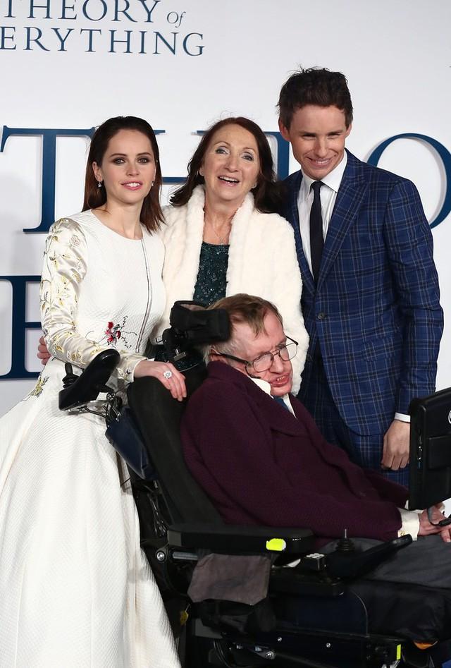Đằng sau Stephen Hawking là cuộc sống gia đình trắc trở như bao người bình thường khác: Kết hôn 2 lần, ly hôn 2 lần, cuối đời chẳng có ai thân thuộc ở bên - Ảnh 4.