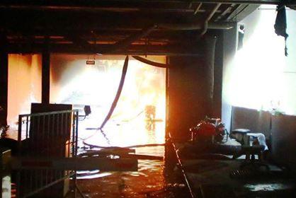 Chung cư Carina phát cháy trở lại, hai cảnh sát bị thương khi đổ xăng vào máy bơm nước - Ảnh 3.