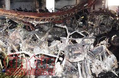 Chung cư Carina phát cháy trở lại, hai cảnh sát bị thương khi đổ xăng vào máy bơm nước - Ảnh 4.