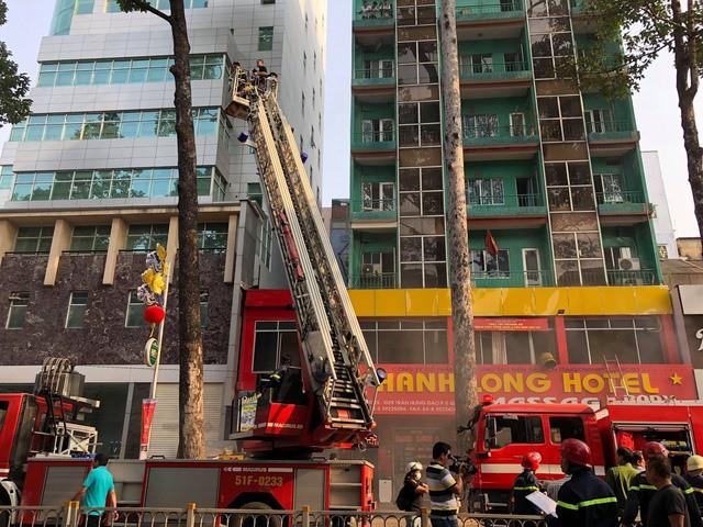 Cháy lớn ở khách sạn ở Sài Gòn, nhiều người mắc kẹt - Ảnh 2.
