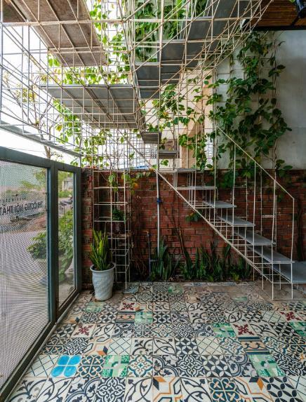 Căn nhà ống hai tầng từ xưởng gỗ cũ ở Đà Nẵng đẹp lung linh trên báo ngoại - Ảnh 4.