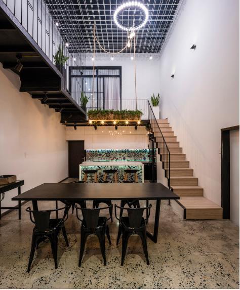 Căn nhà ống hai tầng từ xưởng gỗ cũ ở Đà Nẵng đẹp lung linh trên báo ngoại - Ảnh 6.
