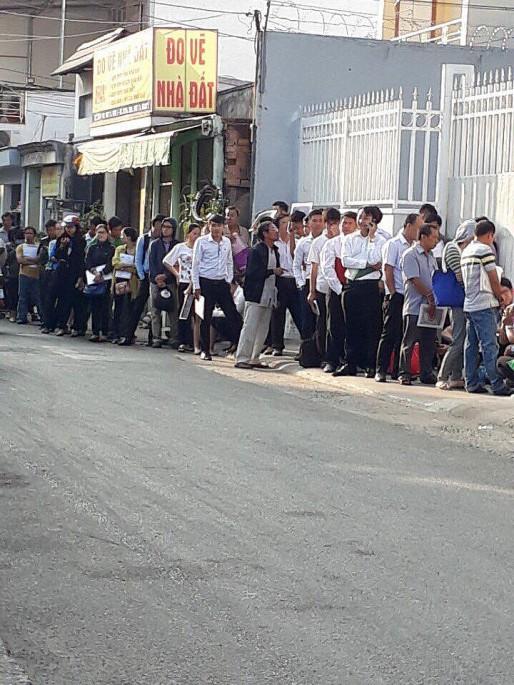 Quận 9 (TP.HCM): Người dân đổ xô đi đăng ký hồ sơ hành chính liên quan về đất đai - Ảnh 1.