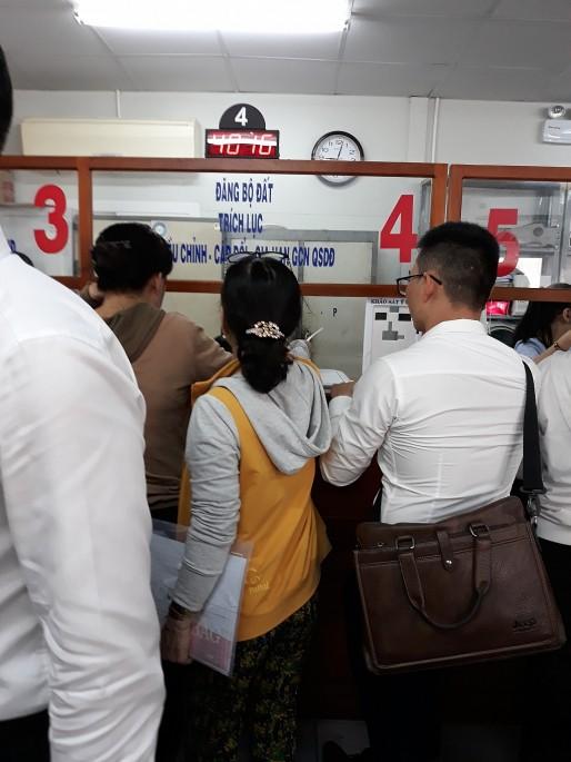 Quận 9 (TP.HCM): Người dân đổ xô đi đăng ký hồ sơ hành chính liên quan về đất đai - Ảnh 3.