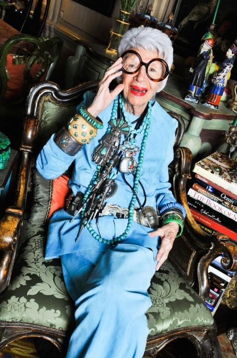 Iris Apfel - 96 tuổi vẫn là biểu tượng thời trang được cả thế giới ngưỡng mộ: Hãy luôn thắc mắc, luôn tò mò và hài hước một chút để sẵn sàng cho mọi cuộc phiêu lưu - Ảnh 2.