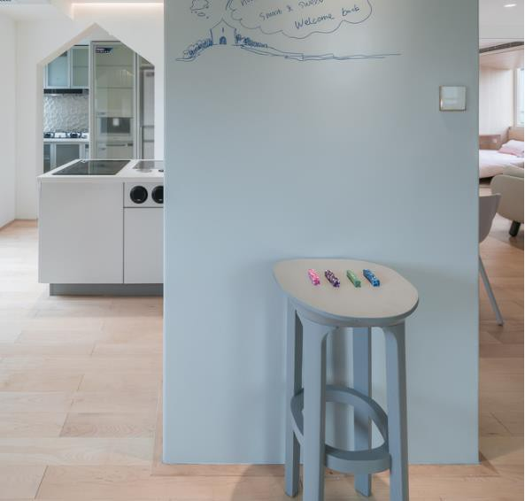 Thiết kế phá cách, ấn tượng của căn hộ cao tầng hơn 100m2 cho gia đình có con nhỏ - Ảnh 2.