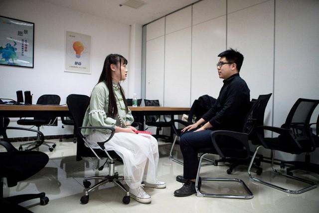 Nghề lập trình hot nhưng lại quá vất vả, các công ty công nghệ Trung Quốc đua nhau tuyển nữ nhân viên massage thư giãn cho các coder, lương gần 1000 USD/tháng - Ảnh 1.