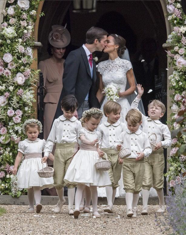 Sắp tổ chức hôn lễ, Meghan Markle chắc chắn phải nhớ 10 nguyên tắc trang phục này trong đám cưới Hoàng gia - Ảnh 2.