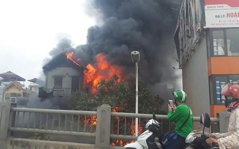 Cháy lớn ở ngôi nhà 3 tầng dưới chân cầu Vĩnh Tuy - Ảnh 2.