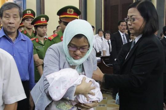 Tòa rối loạn vì bị cáo lại mang con sơ sinh vào phòng xử - Ảnh 1.