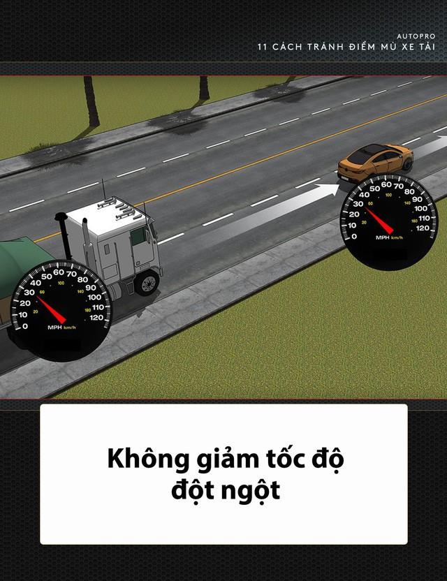 [Photo Story] 11 bí quyết lái xe sống còn bạn phải nhớ khi gặp xe tải - Ảnh 12.