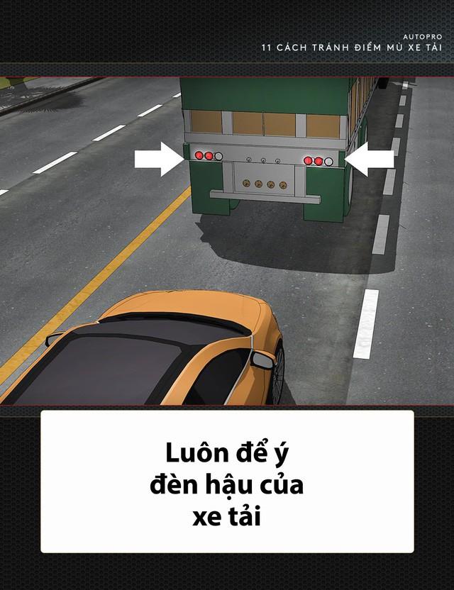 [Photo Story] 11 bí quyết lái xe sống còn bạn phải nhớ khi gặp xe tải - Ảnh 4.
