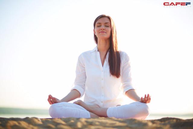 Chỉ 10 phút tập thiền mỗi ngày, cuộc sống của tôi đã thay đổi hoàn toàn: Tâm tĩnh lại, cơ thể thư giãn và cảm xúc không còn lấn át  - Ảnh 1.