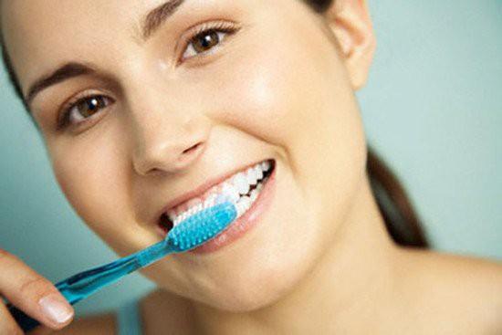 Thói quen đánh răng sai 90% người mắc phải: Làm ướt bàn chải trước khi đánh răng - Ảnh 2.