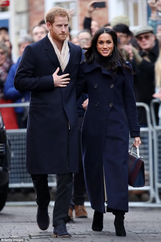 Cuối cùng thì chiếc váy cưới trị giá hơn 3 tỷ đồng của cô dâu Hoàng gia Anh Meghan Markle cũng đã lộ diện, đẹp đến từng milimet - Ảnh 2.