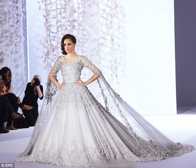 Cuối cùng thì chiếc váy cưới trị giá hơn 3 tỷ đồng của cô dâu Hoàng gia Anh Meghan Markle cũng đã lộ diện, đẹp đến từng milimet - Ảnh 3.