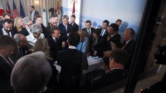 Mổ xẻ bức ảnh bom tấn của bà Merkel - Ảnh 2.