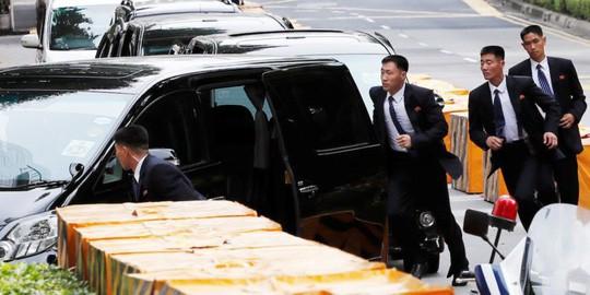 """Thượng đỉnh Mỹ-Triều: Khoảnh khắc """"ấm áp"""" hiếm hoi của vệ sĩ ông Kim - Ảnh 1."""