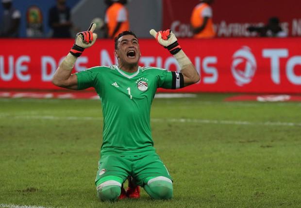 Thủ môn Ai Cập 45 tuổi vẫn dự World Cup, có con gái đính hôn với đồng đội của bố nhưng đây mới là điều trớ trêu - Ảnh 1.